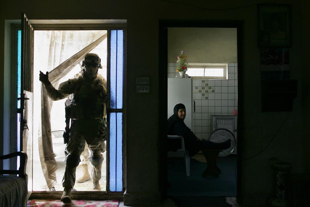 9.IRAK, Al-Falludża, 19 grudnia 2005: Amerykański żołnierz przeszukujący dom na przedmieściach. AFP PHOTO/Mauricio LIMA