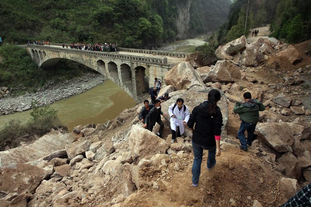 10.CHINY, Ya'an, 21 kwietnia 2013: Zasypana droga w pobliżu Ya'an. AFP PHOTO