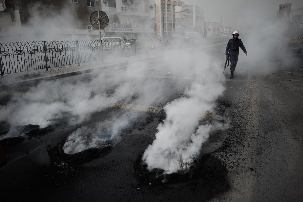 10.BAHRAJN, Diraz, 18 kwietnia 2013: Ulica po starciach policji z przeciwnikami organizacji GP Formuły 1. AFP PHOTO/MOHAMMED AL-SHAIKH