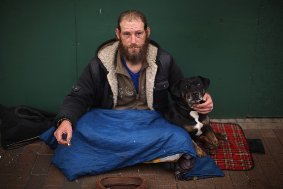 10.WIELKA BRYTANIA, West Bromwich, 13 października 2011: Bezdomny o imieniu Ray żebrzący o drobne przy High Street. (Foto: Christopher Furlong/Getty Images)