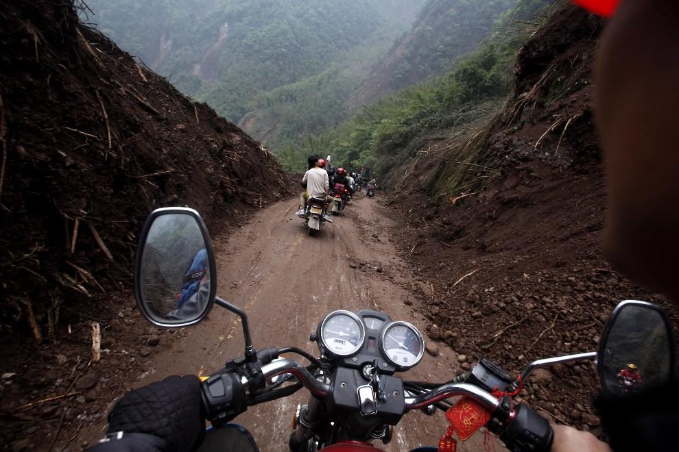 12.CHINY, Ya'an, 22 kwietnia 2013: Uprzątnięty fragment drogi prowadzącej do Baoxing. EPA/WU HONG Dostawca: PAP/EPA.