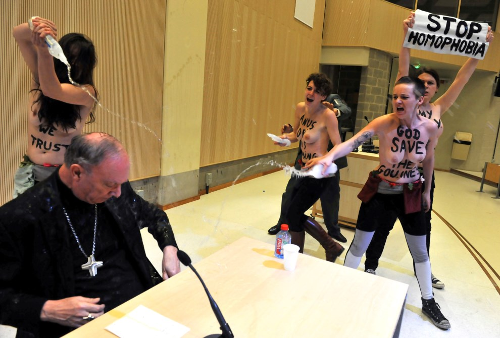 13.BELGIA, Bruksela, 23 kwietnia 2013: Arcybiskup Andre-Joseph Leonard atakowany przez aktywistki ruchu Femen. AFP PHOTO/GEORGES GOBET