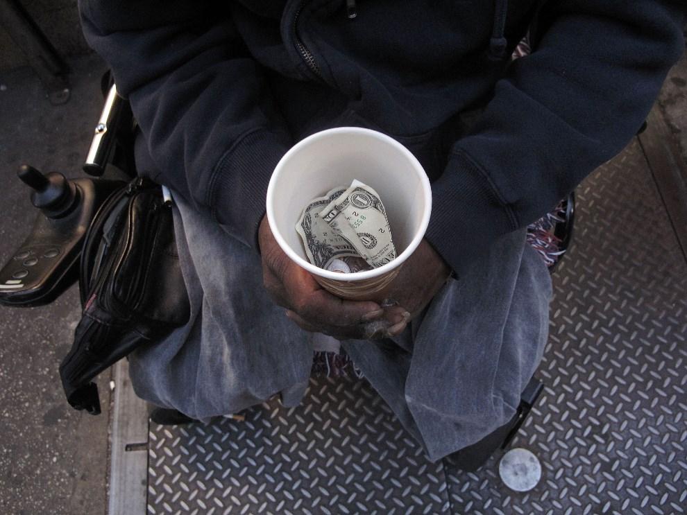 14.USA, Nowy Jork, 23 października 2009: Bezdomny z kubkiem do którego zbiera pieniądze od przechodniów. (Foto: Spencer Platt/Getty Images)