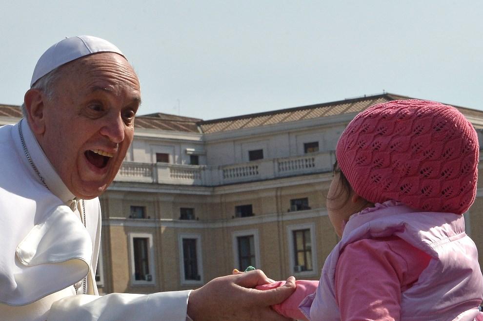 14.WATYKAN, 24 kwietnia 2013: Papież Franciszek podczas spotkania z wiernymi. AFP PHOTO / ALBERTO PIZZOLI