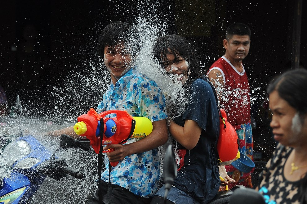 15.TAJLANDIA, Narathiwat, 13 kwietnia 2013: Bitwa na wodę podczas festiwalu Songkran (tradycyjny tajlandzki Nowy Rok ). AFP PHOTO/Madaree TOHLALA