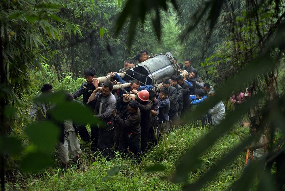 15.CHINY, Lushan, 22 kwietnia 2013: Transport trumny z ciałem mężczyzny, który zginął w wyniku trzęsienia ziemi. AFP PHOTO/Mark RALSTON