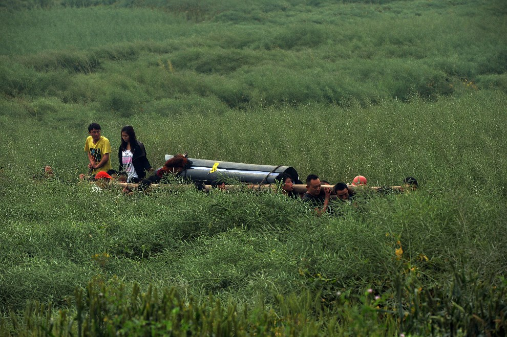 16.CHINY, Lushan, 22 kwietnia 2013: Transport trumny z ciałem ofiary trzęsienia ziemi. AFP PHOTO/Mark RALSTON