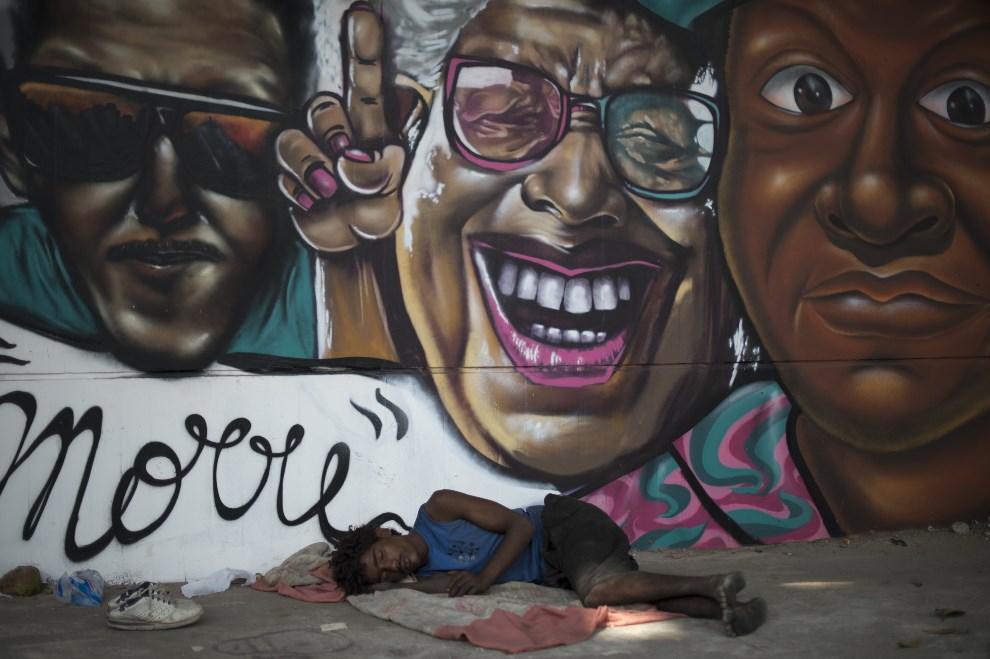 18.BRAZYLIA, Rio de Janeiro, 6 listopada 2012: Bezdomny śpiący pod ścianą stacji metra. AFP PHOTO / Christophe Simon
