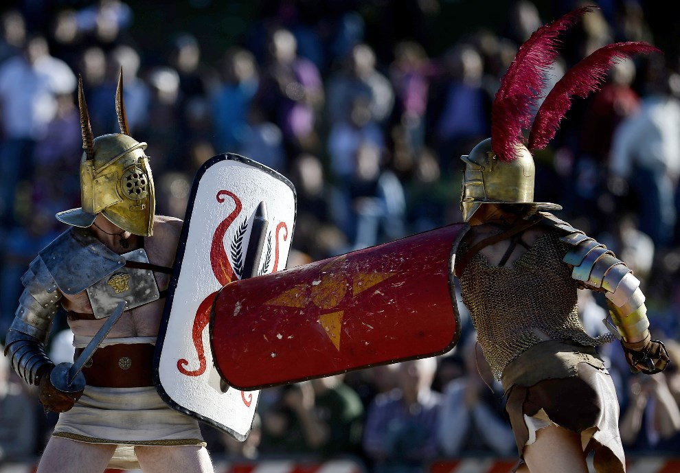 17.WŁOCHY, Rzym, 21 kwietnia 2013: Walka gladiatorów uświetniająca obchody rocznicy założenia miasta. AFP PHOTO/Filippo MONTEFORTE