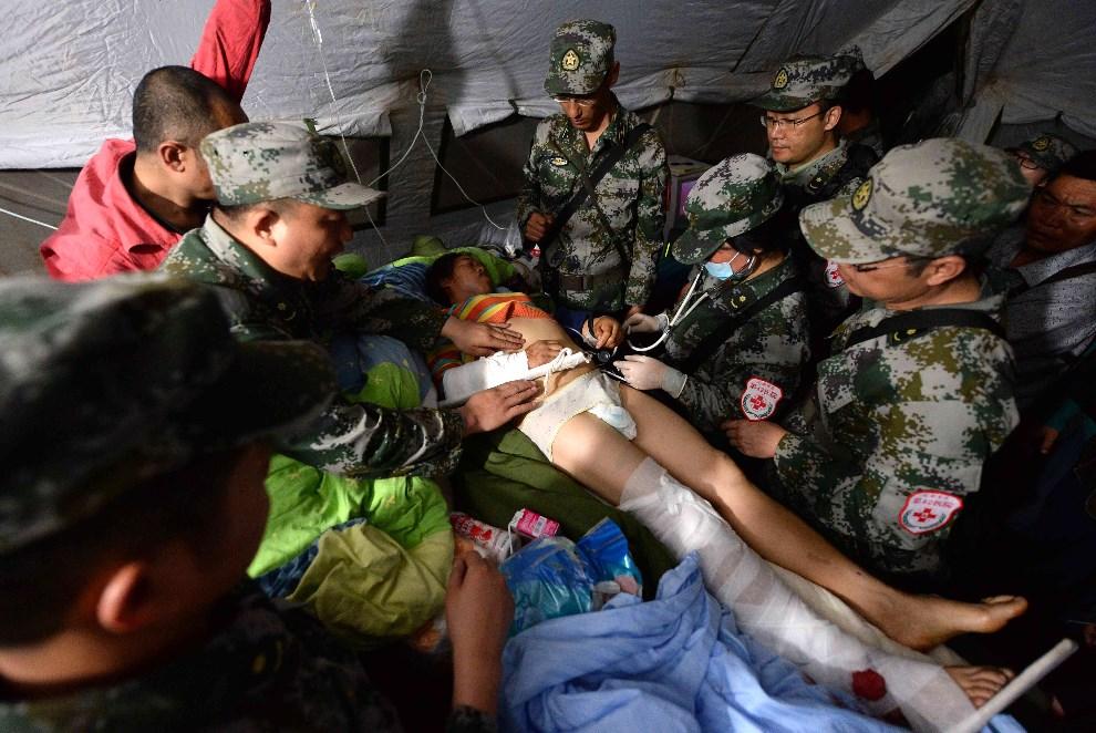 18.CHINY, Ya'an, 20 kwietnia 2013: Ranna kobieta przetransportowana na szpitala miejskiego. AFP PHOTO / MARK RALSTON