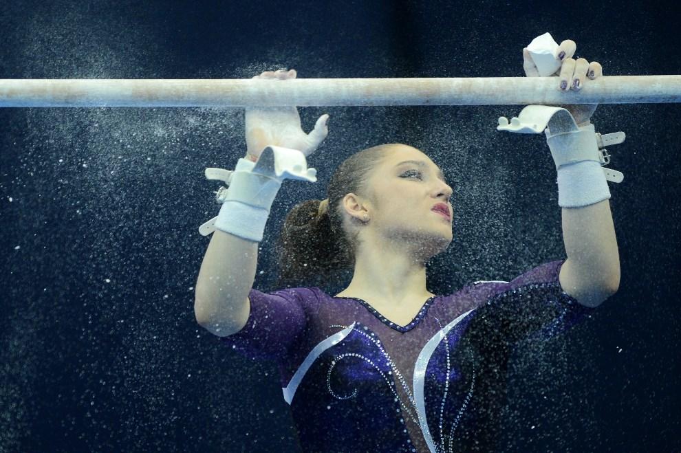 19.ROSJA, Moskwa, 18 kwietnia 2013: Gimnastyczka Alija Mustafina przygotowuje się do występu. AFP PHOTO / NATALIA KOLESNIKOVA