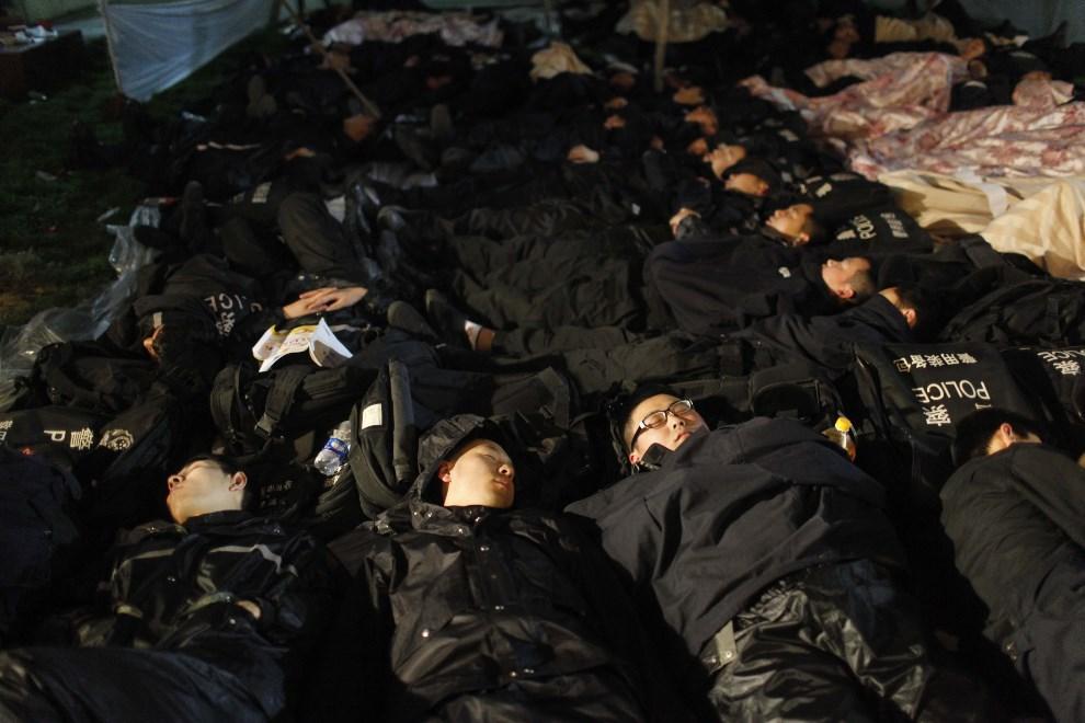 19.CHINY, Ya'an, 21 kwietnia 2013: Odpoczywająca grupa ratowników. AFP PHOTO