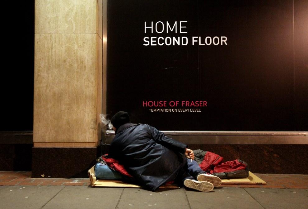 1.WIELKA BRYTANIA, Londyn, 20 stycznia 2010: Bezdomny mężczyzna nocujący przy witrynie jednego ze sklepów. (Foto: Oli Scarff/Getty Images)