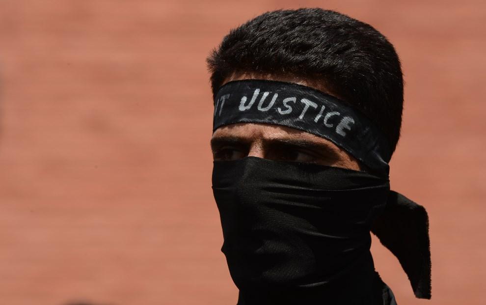 20.INDIE, Śrinagar, 25 kwietnia 2013: Uczestnik protestów zorganizowanych przez pracowników  departamentu zdrowia publicznego. AFP PHOTO/Tauseef MUSTAFA