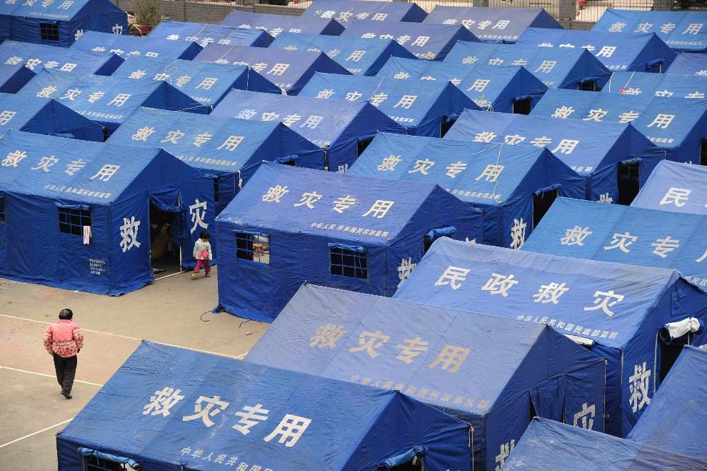 21.CHINY, Ya'an, 21 kwietnia 2013: Miasteczko namiotowe zorganizowane dla poszkodowanych podczas trzęsienia ziemi.  AFP PHOTO