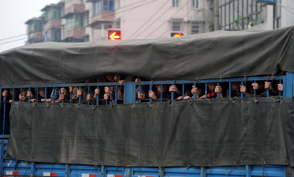 22.CHINY, Ya'an, 21 kwietnia 2013: Ciężarówka z ochotnikami wjeżdżająca do miasta. AFP PHOTO