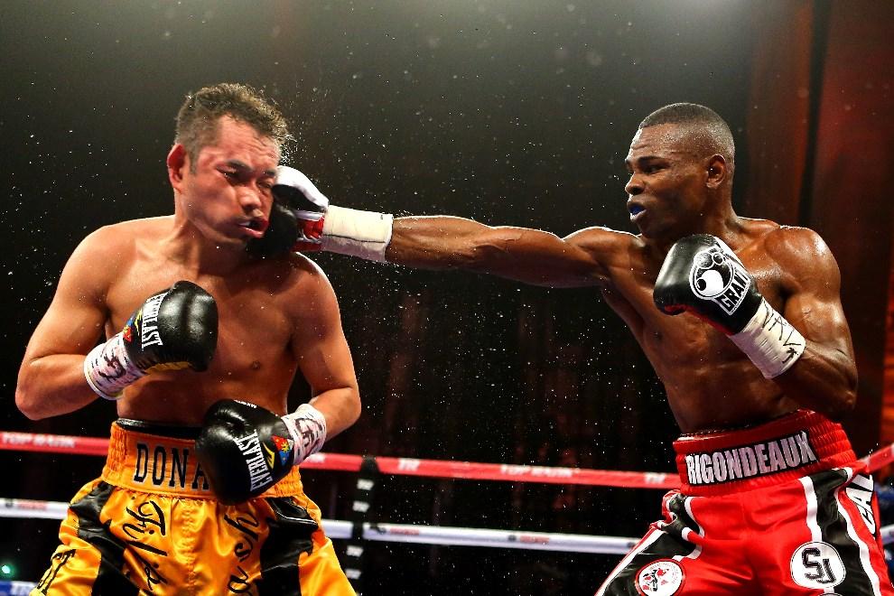23.USA, Nowy Jork, 13 kwietnia 2013: Guillermo Rigondeaux trafia Nonito Donaire podczas walki bokserskiej. Al Bello/Getty Images/AFP