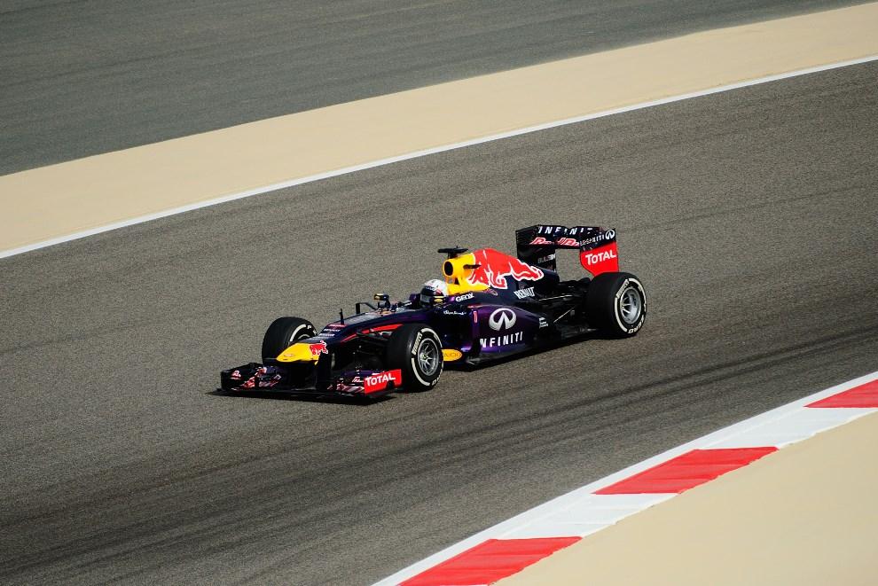 24.BAHRAJN, Manama, 21 kwietnia 2013: Sbastian Vettel z Red Bull Racing na torze w Bahrajnie. AFP PHOTO TOM GANDOLFINI