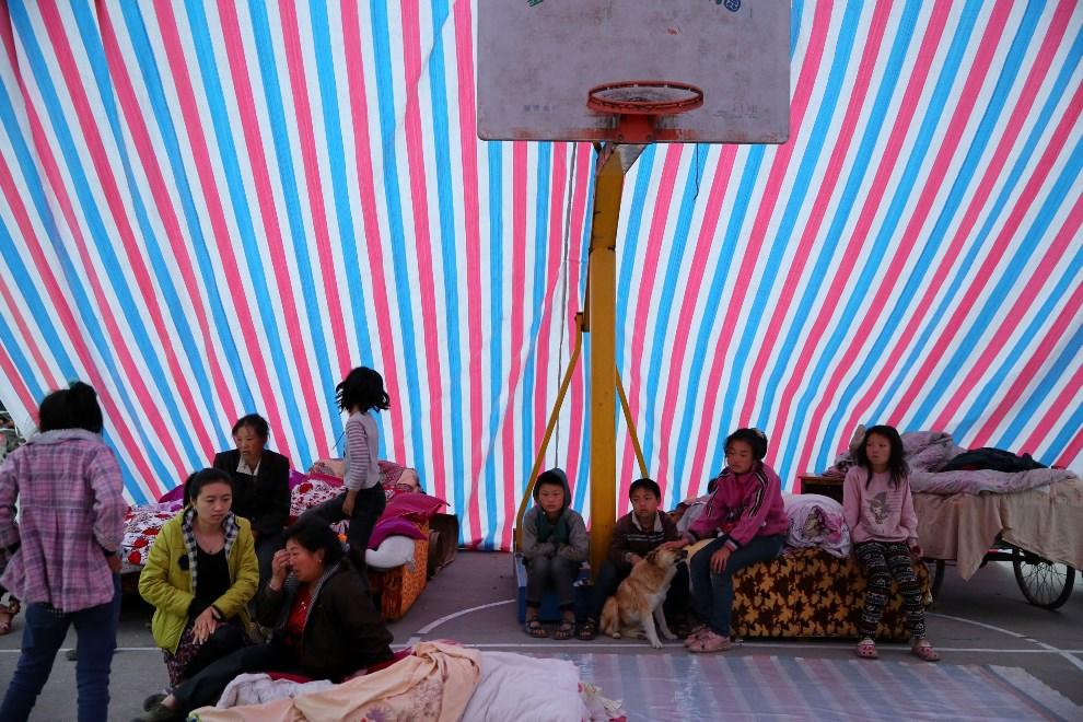 24.CHINY, Ya'an, 21 kwietnia 2013: Wnętrze namiotu ustawionego na szkolnym boisku. ( Foto: Feng Li/Getty Images)