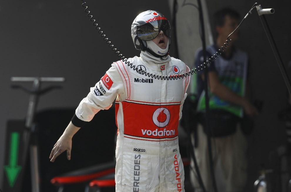 25.CHINY, Szanghaj, 14 kwietnia 2013: Mechanik zespołu McLaren w trakcie wyścigu. AFP PHOTO / POOL / HOW HWEE YOUNG