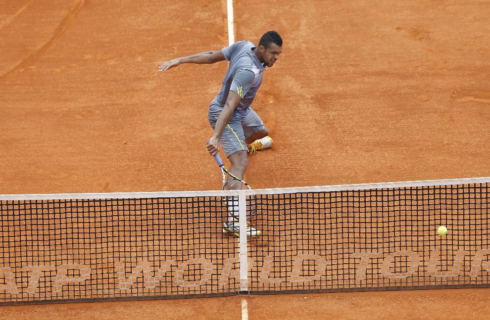 25.MONAKO, 19 kwietnia 2013:  Jo Wilfried Tsonga w trakcie pojedynku ze Stanislasem Wawrinką. AFP PHOTO/ VALERY HACHE