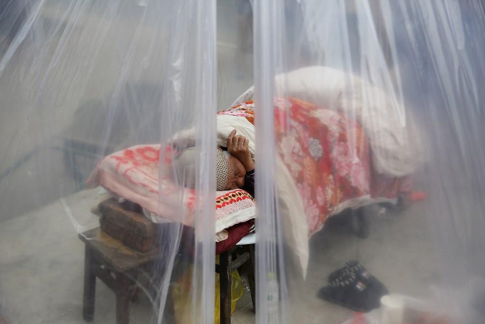 25.CHINY, Chengdu, 21 kwietnia 2013: Starsza kobieta śpiąca w namiocie. (Foto: Feng Li/Getty Images)