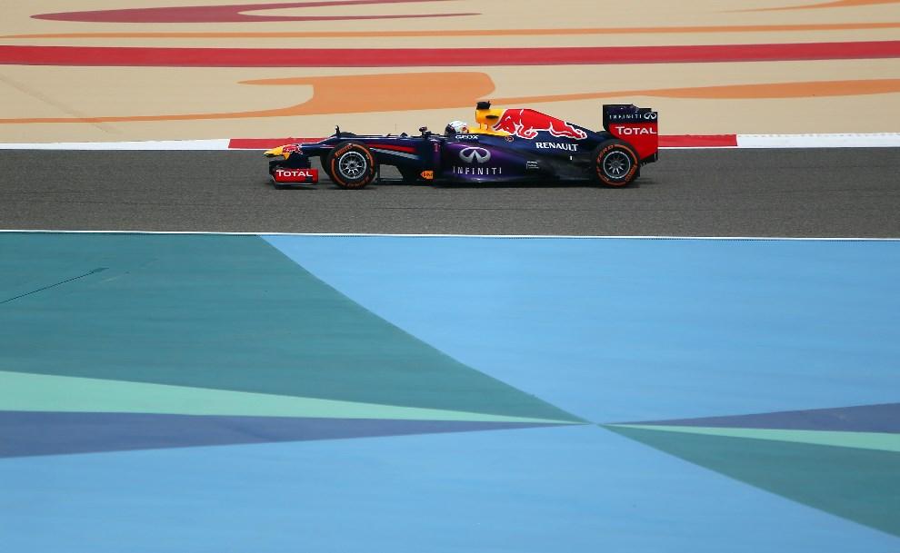 26.BAHRAJN, Manama, 19 kwietnia 2013: Sebastian Vettel z zespołu Red Bull Racing podczas sesji treningowej. AFP PHOTO / MARWAN NAAMANI