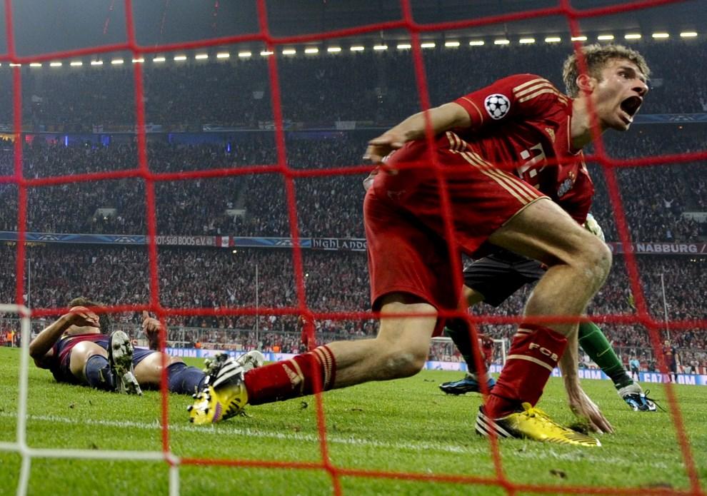 26.NIEMY, Monachium, 23 kwietnia 2013: Thomas Mueller zdobywa czwartą bramkę dla Bayernu Monachium w meczu z FC Barcelona. AFP PHOTO / ODD ANDERSEN