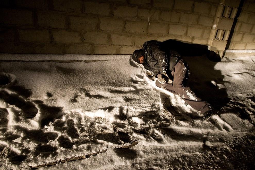 27.MONGOLIA, Ułan Bator, 16 marca 2010: Pijany mężczyzna nie wpuszczony do przytułku dla bezdomnych. (Foto: Paula Bronstein /Getty Images)