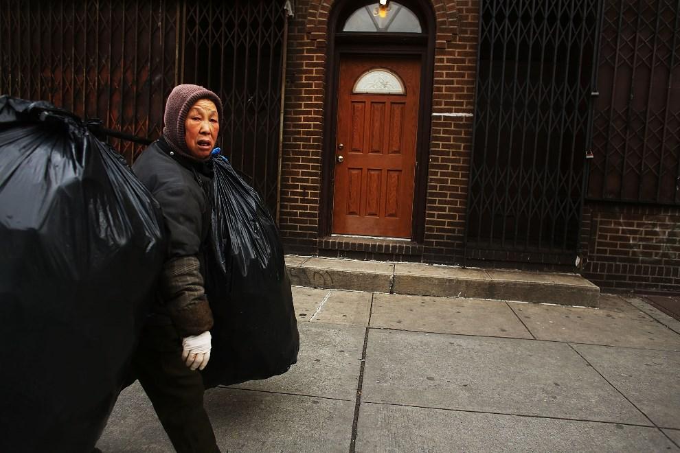 28.USA, Nowy Jork, 16 lutego 2013: Bezdomna kobieta utrzymująca się ze zbierania puszek i butelek. (Foto: Spencer Platt/Getty Images)