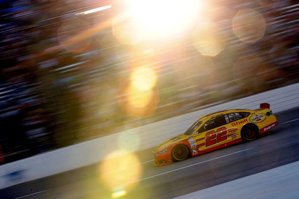 27.USA, Fort Worth, 13 kwietnia 2013: Joey Logano prowadzi samochód podczas wyśigu serii NASCAR. (Foto: Jared C. Tilton/Getty Images for Texs Motor Speedway)