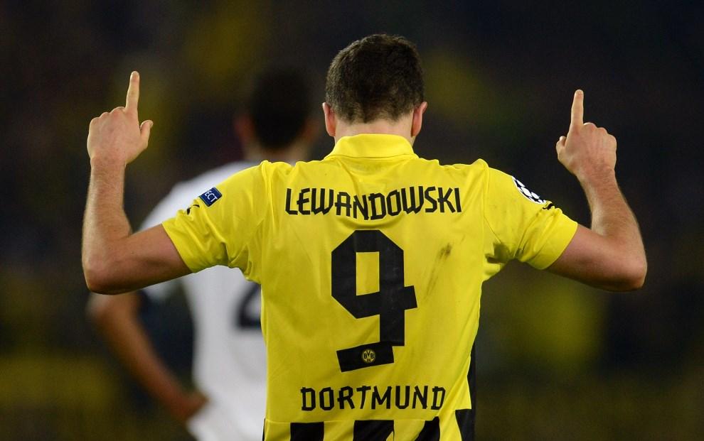28.NIEMCY, Dortmund, 24 kwietnia 2013: Robert Lewandowski cieszy się z kolejnej bramki w meczu Borussii Dortmund z Realem Madryt. AFP PHOTO / PATRIK STOLLARZ