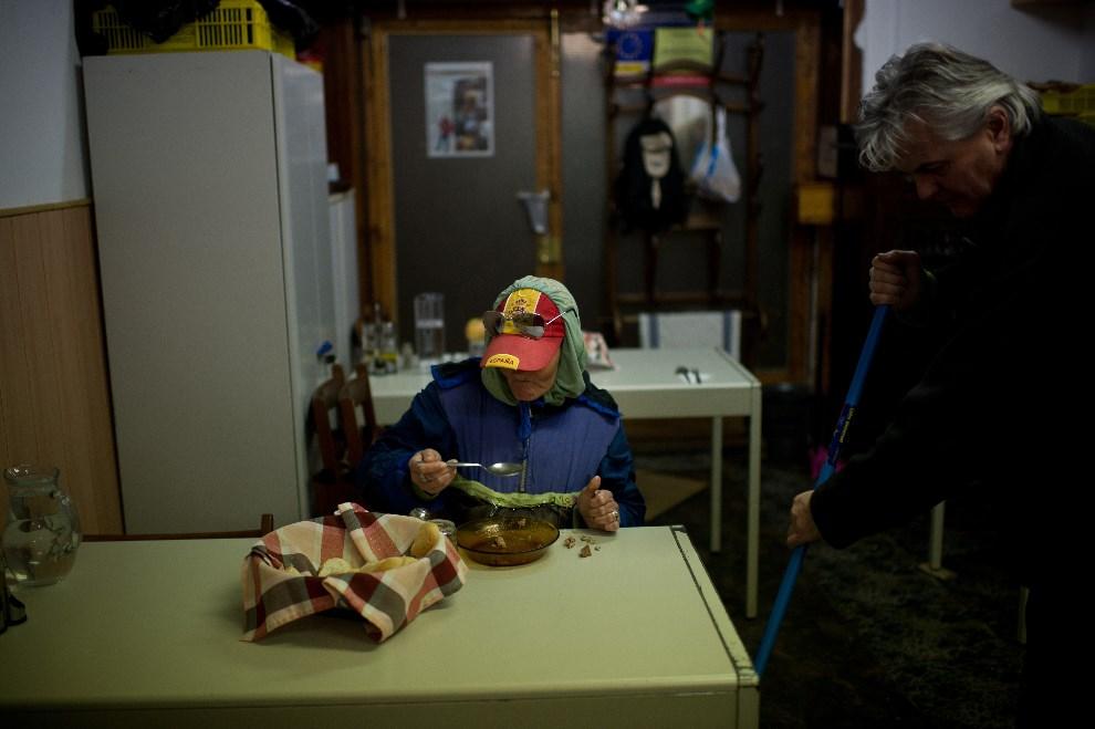 29.HISZPANIA, Barcelona, 4 stycznia 2013: Kobieta podczas posiłku w jednym z przytułków dla bezdomnych.  (Foto: David Ramos/Getty Images)