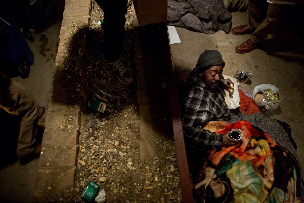 30.USA, Waszyngton, 31 stycznia 2013: Bezdomny Michael Williams (54 lat) odbiera pączki i kawę od woluntariuszy. (Foto: Allison Shelley/Getty Images)