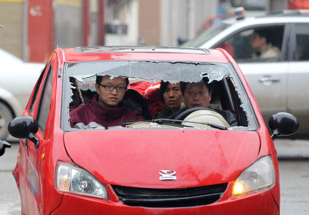 2.CHINY, Ya'an, 23 kwietnia 2013: Ludzie w samochodzie uszkodzonym podczas trzęsienia ziemi.  AFP PHOTO