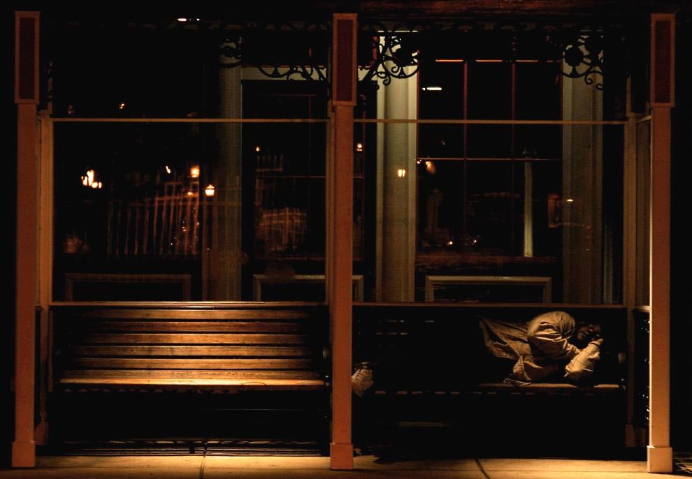 31.USA, Atlantic City, 24 sierpnia 2005: Bezdomny mężczyzna śpiący na przystanku autobusowym przed jednym z kasyn. Fot: Piotr Macura