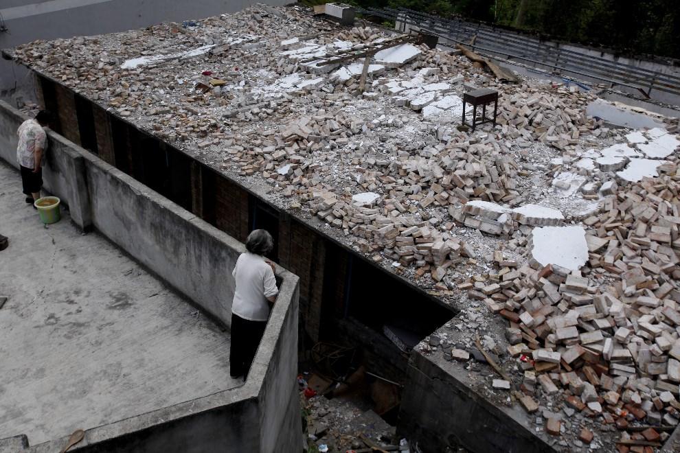 30.CHINY, Ya'an, 20 kwietnia 2013: Kobiety przyglądają się zniszczeniom wyrządzonym przez kataklizm. EPA/WU HONG Dostawca: PAP/EPA.