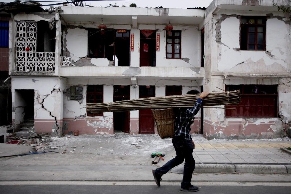 31.CHINY, Luyang, 20 kwietnia 2013: Mężczyzna niesie narzędzia, które wykorzystane będą podczas akcji ratowniczej. EPA/WU HONG Dostawca: PAP/EPA.