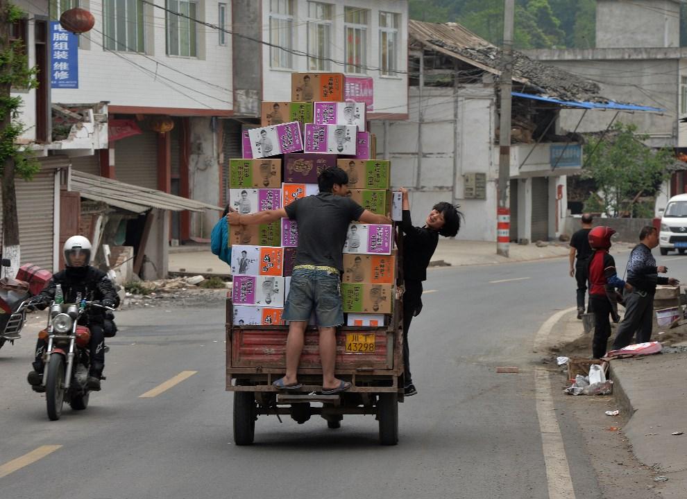 32.CHINY, Lushan, 22 kwietnia 2013: Dostawa żywności do miasta częściowo odciętego przez zasypane drogi. AFP PHOTO/Mark RALSTON