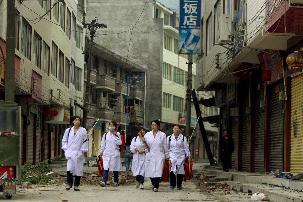 33.CHINY, Lingguan, 20 kwietnia 2013: Grupa kobiet na ulicy w Lingguan. EPA/WU HONG Dostawca: PAP/EPA.