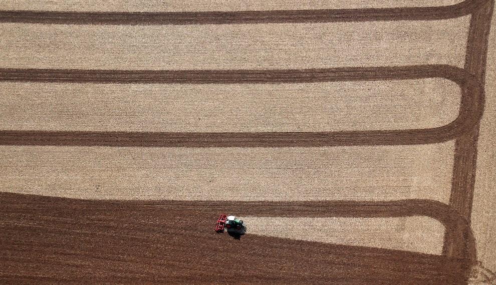3.NIEMCY, Bühle, 14 kwietnia 2013: Rolnik podczas prac polowych. AFP PHOTO / STEFAN RAMPFEL