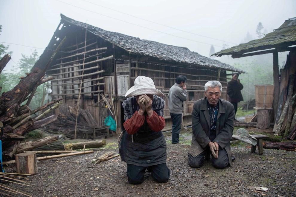3.CHINY, Ya'an, 23 kwietnia 2013: Starsi ludzie przed domem zniszczonym przez trzęsienie ziemi. AFP PHOTO