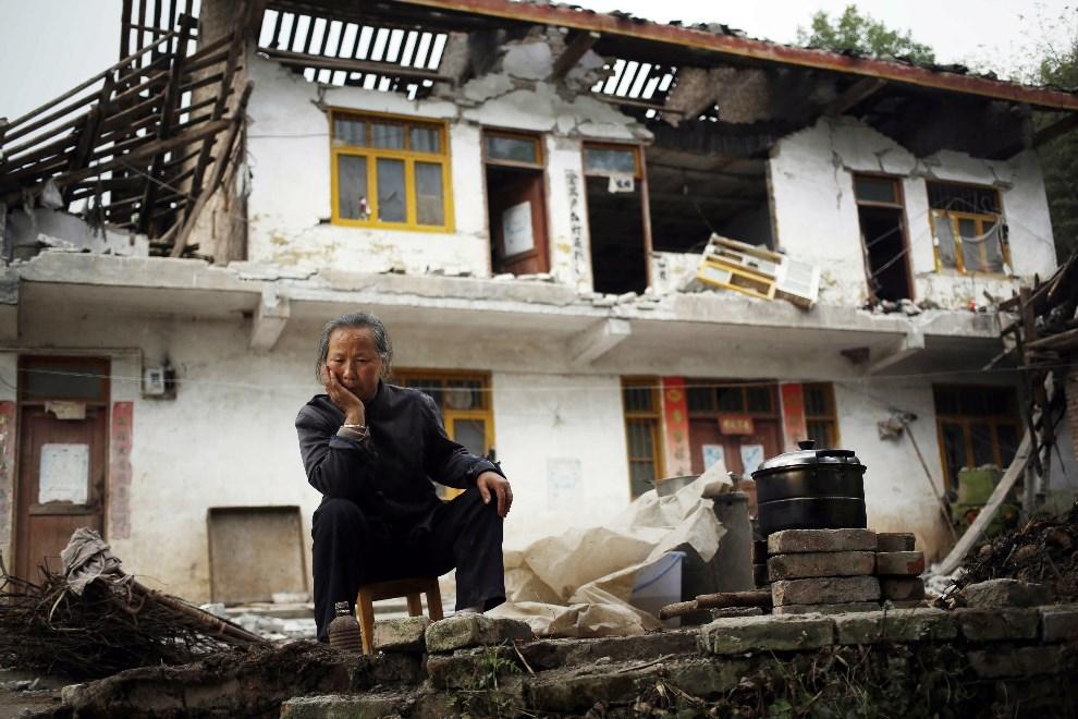 3.CHINY, Ya'an, 21 kwietnia 2013: Ri Chenfu siedzi przed swoim zniszczonym domem. EPA/HOW HWEE YOUNG Dostawca: PAP/EPA.