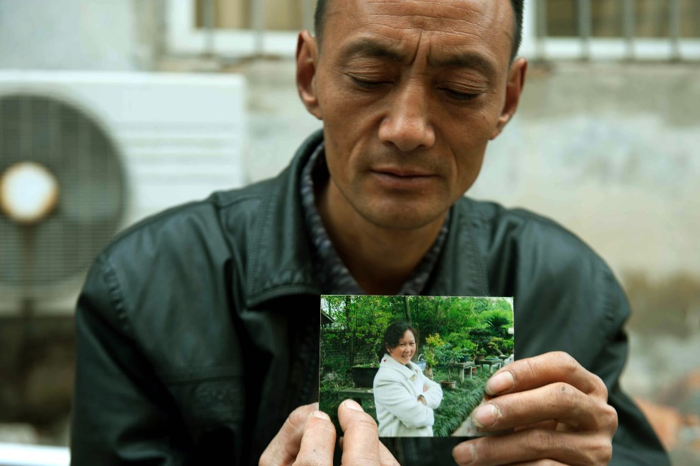 4.CHINY, Ya'an, 24 kwietnia 2013: Mężczyzna pokazuje zdjęcie żony, która zginęła w wyniku trzęsienia ziemi. AFP PHOTO