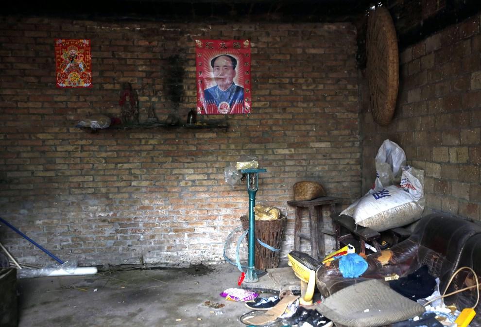 4.CHINY, Ya'an, 21 kwietnia 2013: Portret Mao Zedonga we wnętrzu uszkodzonego domu. EPA/HOW HWEE YOUNG Dostawca: PAP/EPA.