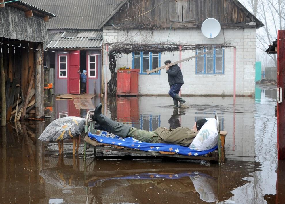 5.BIAŁORUŚ, Chwałyńsk, 14 kwietnia 2013: Podwórko podtopionego gospodarstwa. AFP PHOTO / VIKTOR DRACHEV