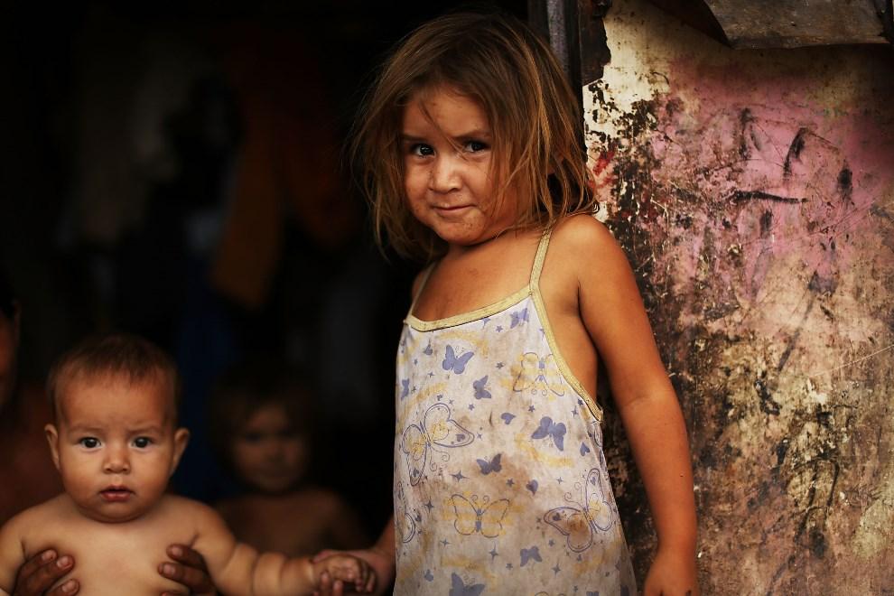 5.HONDURAS, Tegucigalpa, 17 lipca 2012: Dziewczynka koczująca z rodziną w pobliżu śmietnika. (Foto: Spencer Platt/Getty Images)