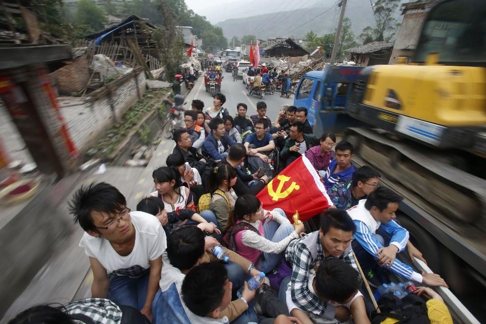 6.CHINY, Ya'an, 21 kwietnia 2013: Ochotnicy gotowi nieść pomoc ofiarom kataklizmu wjeżdżają do miasta. AFP PHOTO