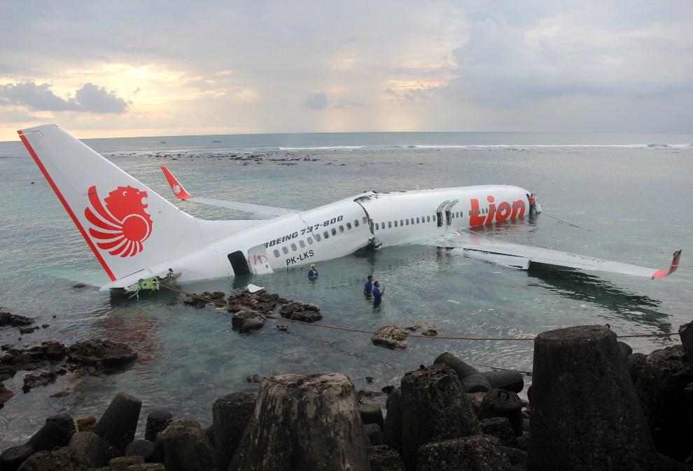 6.INDONEZJA, Denpasar, 13 kwietnia, 2013: Boeing 737, który ześliznął się z pasa startowego. AFP PHOTO / Indonesian Police