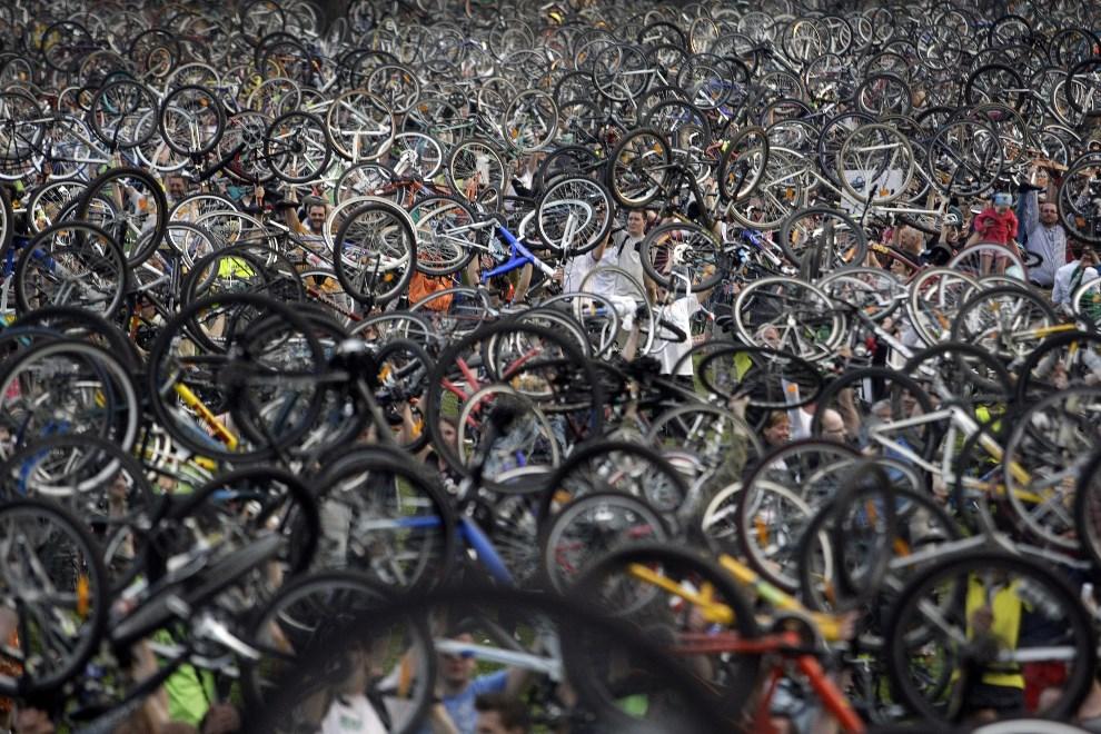 7.WĘGRY, Budapeszt, 20 kwietnia 2013: Manifestacja rowerzystów promująca przyjazny dla środowiska tryb życia. AFP PHOTO / FERENC ISZA